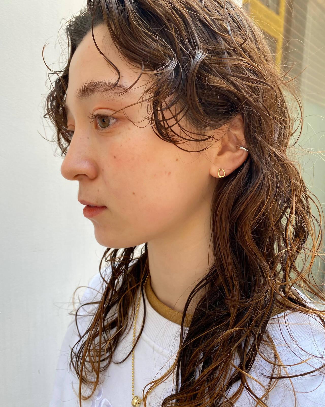 無造作パーマ ウェーブヘア ナチュラル ロングヘアスタイルや髪型の写真・画像