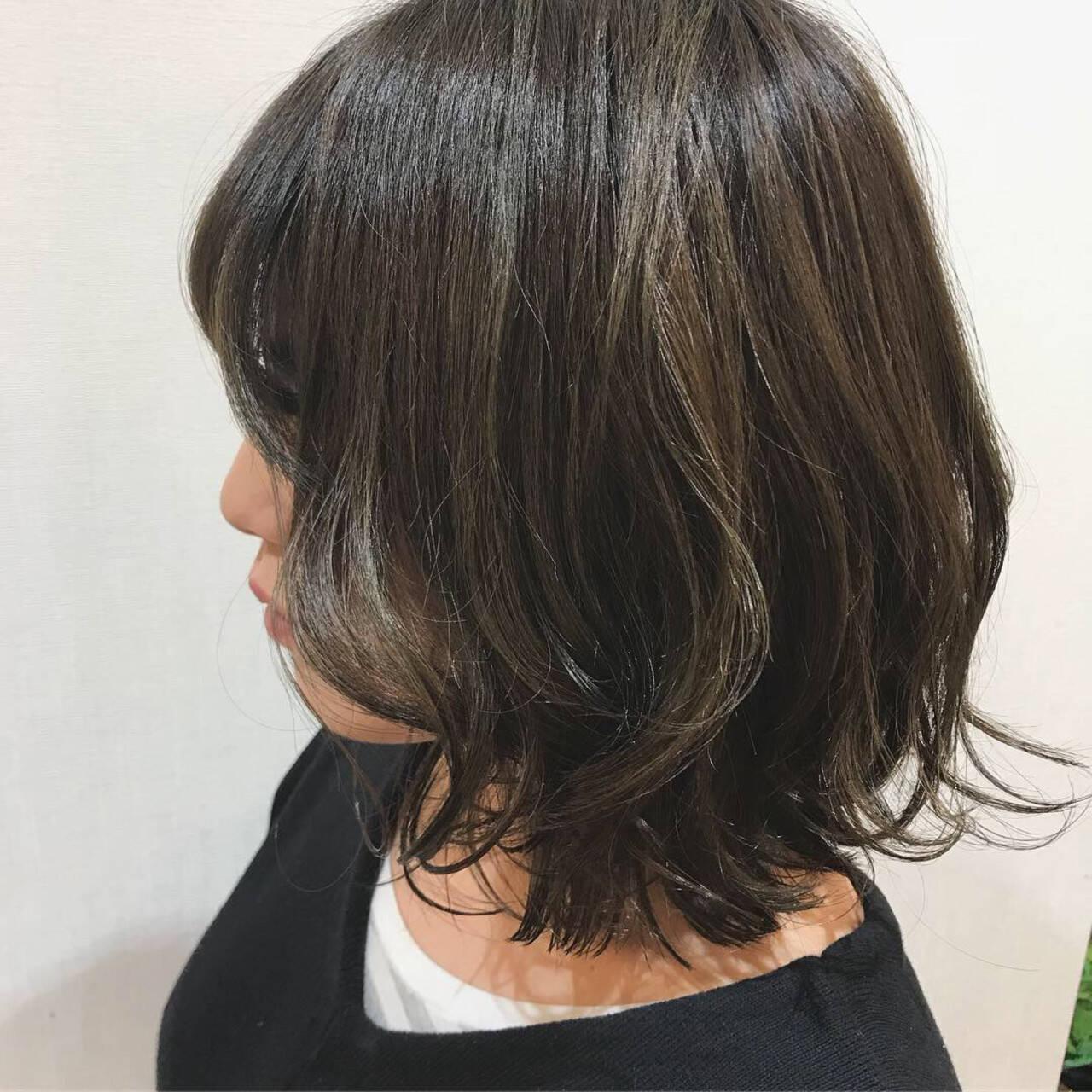デート コテ巻き オリーブアッシュ カーキアッシュヘアスタイルや髪型の写真・画像