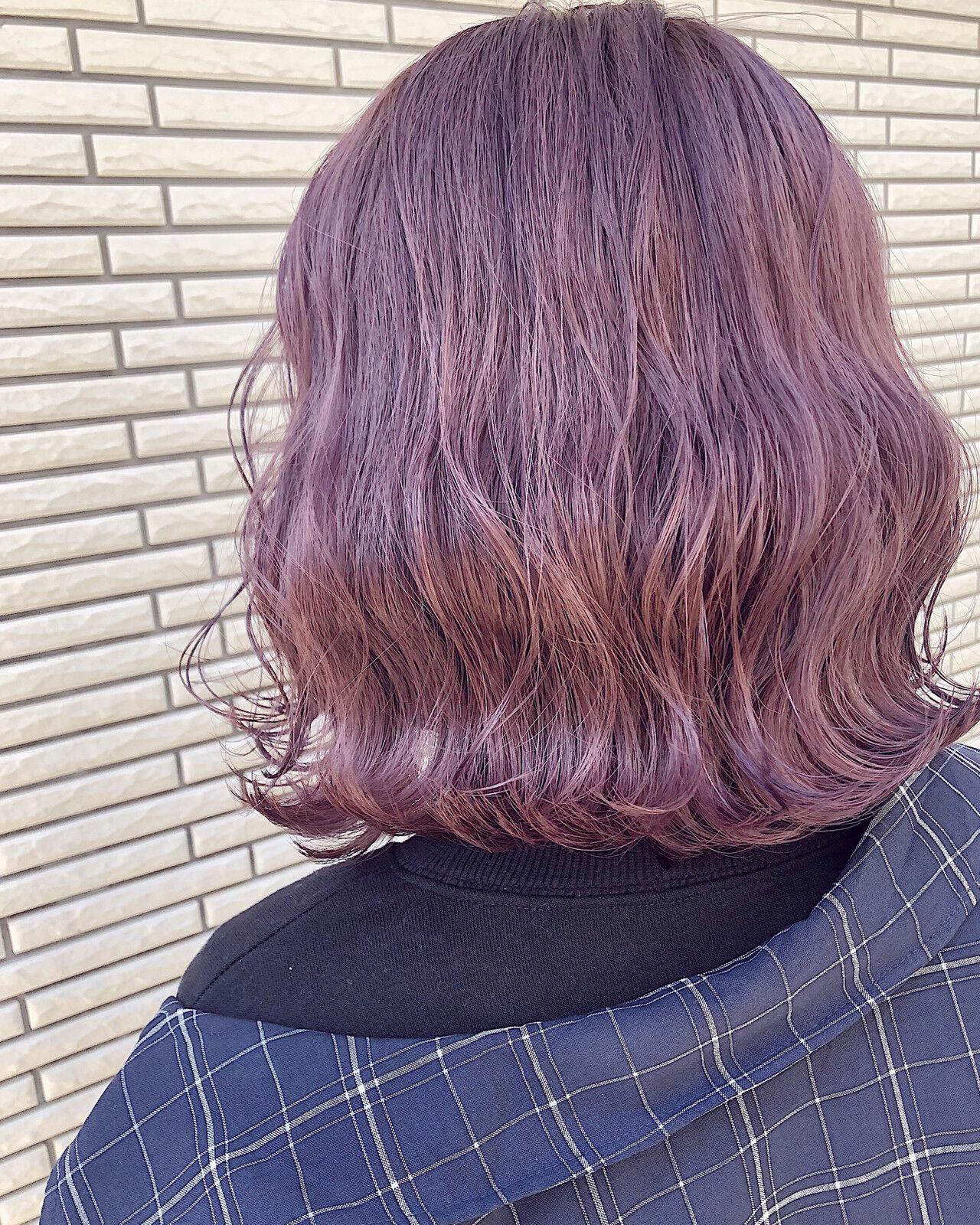 ピンクベージュ 波ウェーブ ストリート ボブヘアスタイルや髪型の写真・画像