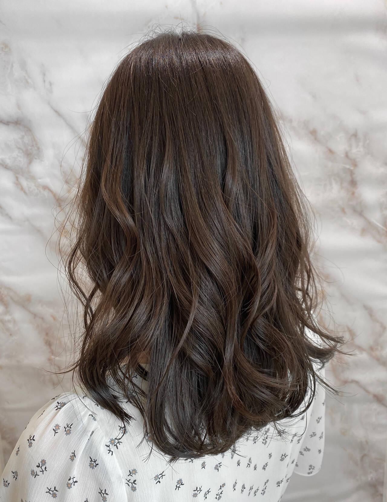 セミロング ナチュラル 巻き髪 イルミナカラーヘアスタイルや髪型の写真・画像