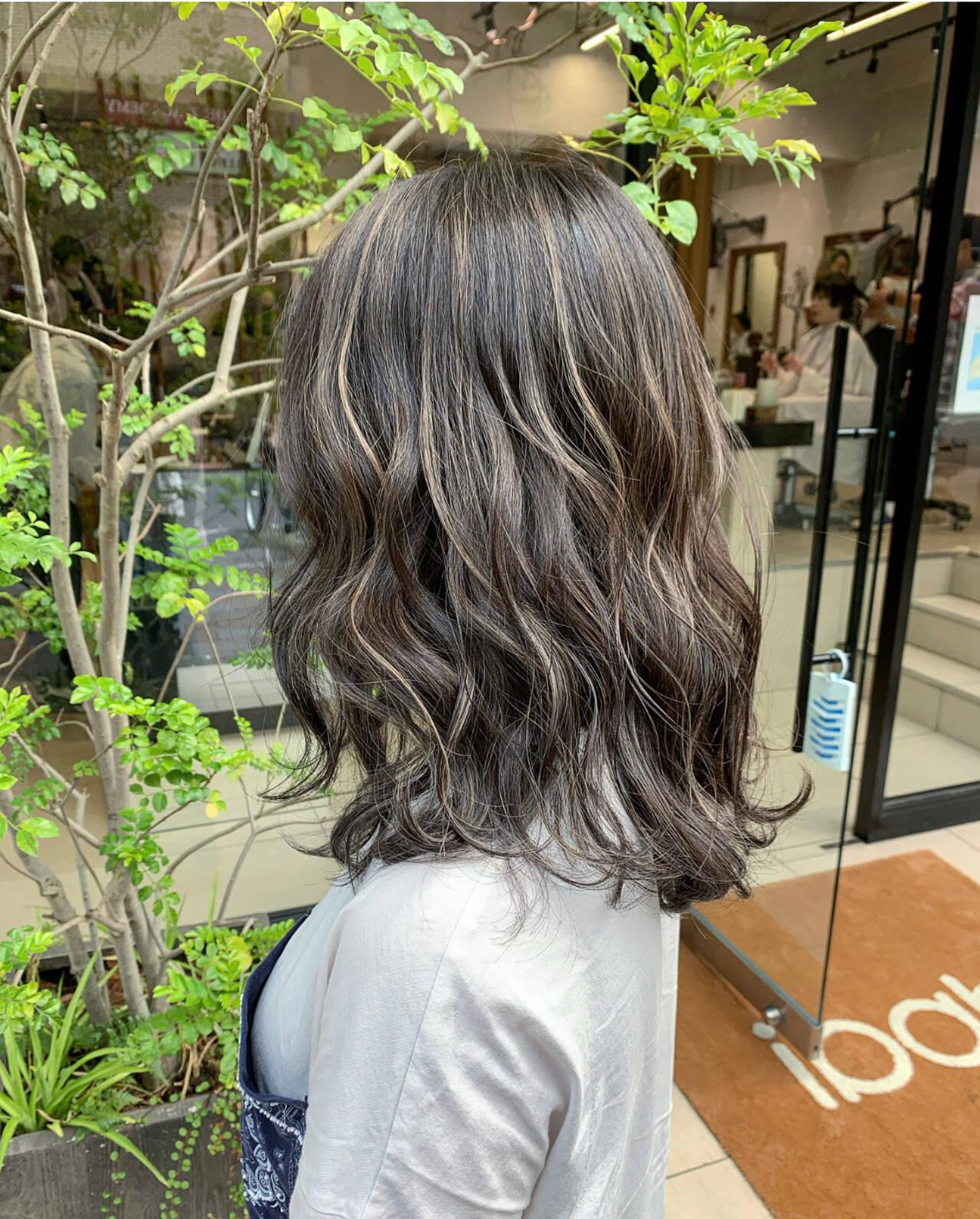 3Dハイライト コントラストハイライト セミロング ミルクティーヘアスタイルや髪型の写真・画像