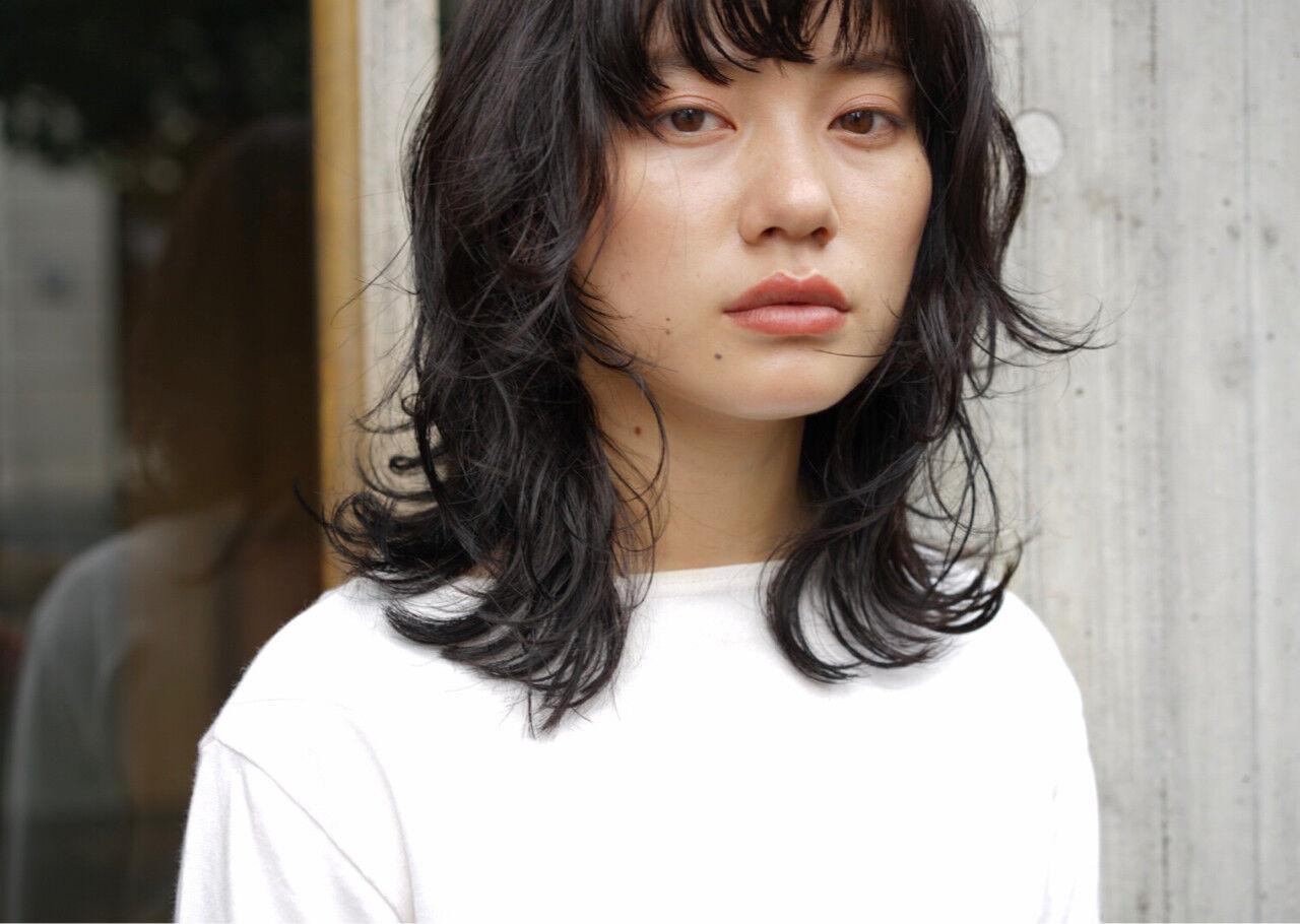 レイヤーカット パーマ 黒髪 ミディアムヘアスタイルや髪型の写真・画像