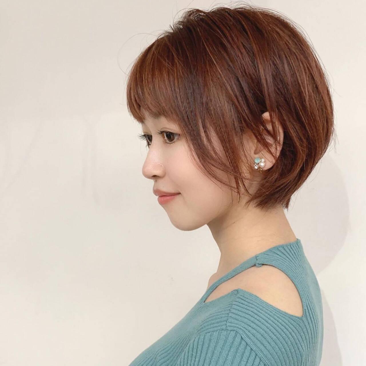 ラズベリーピンク ショート 耳かけ ローライトヘアスタイルや髪型の写真・画像