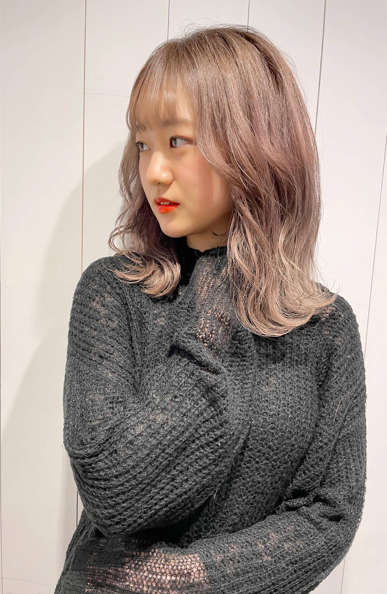 シアーベージュ ミディアム ベージュ ナチュラルベージュヘアスタイルや髪型の写真・画像
