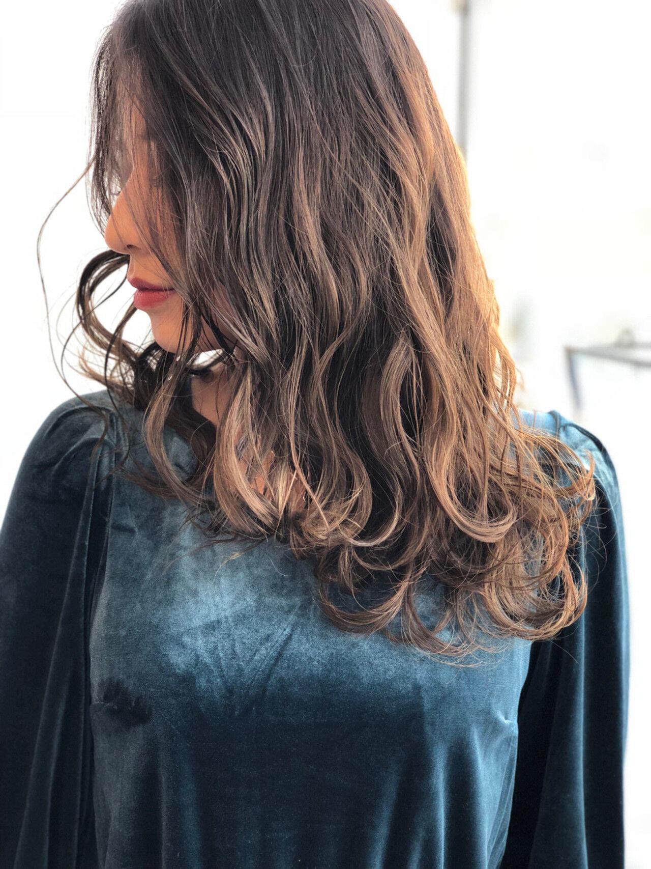外国人風カラー グレージュ アッシュ フェミニンヘアスタイルや髪型の写真・画像