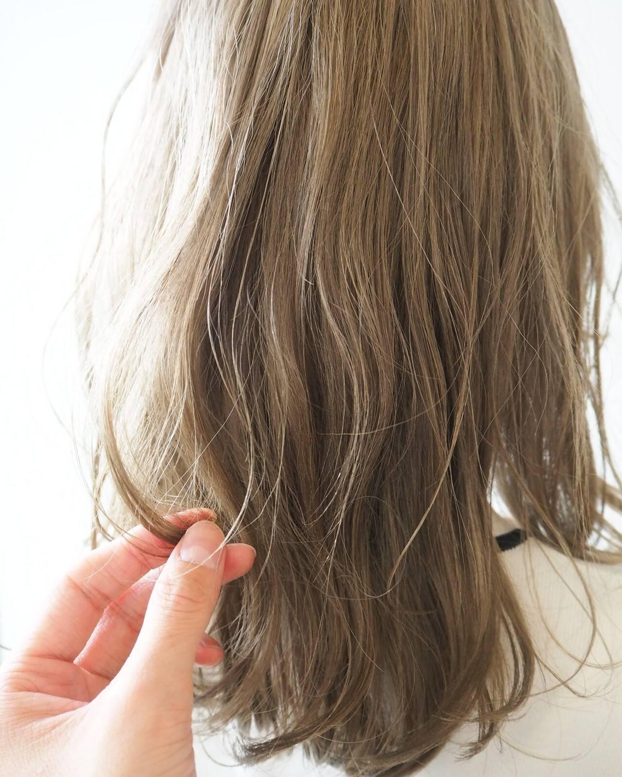 セミロング ナチュラル 透明感カラー ハイトーンヘアスタイルや髪型の写真・画像