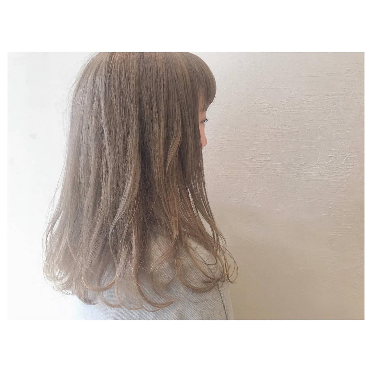 グレージュ ハイトーン ゆるふわ フェミニンヘアスタイルや髪型の写真・画像