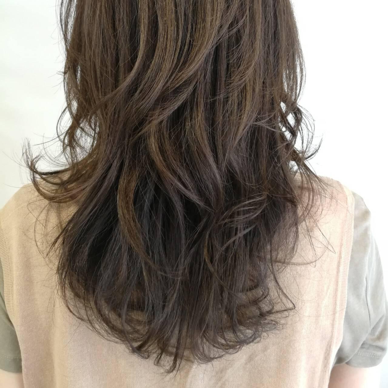 スモーキーカラー ハイライト ウェーブ ナチュラルヘアスタイルや髪型の写真・画像