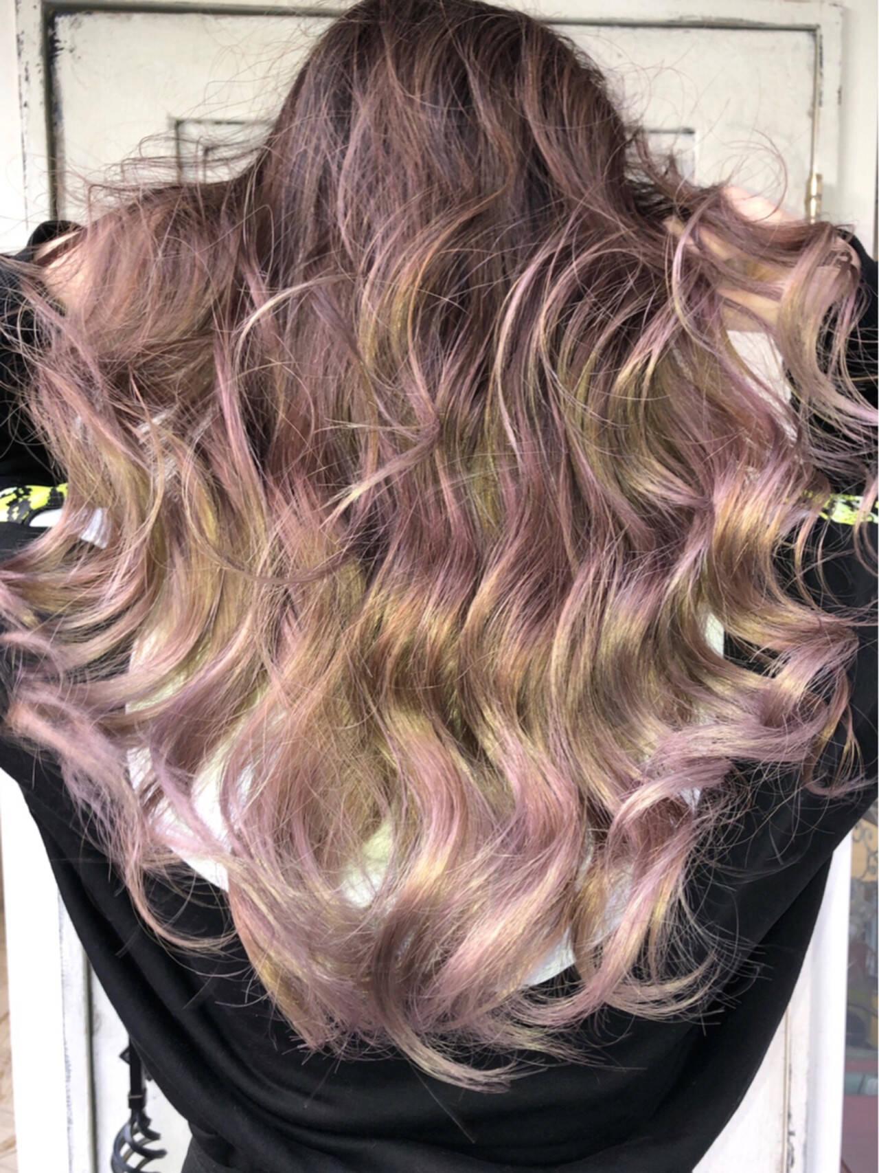 バレイヤージュ ベージュ ミルクティーベージュ ロングヘアスタイルや髪型の写真・画像