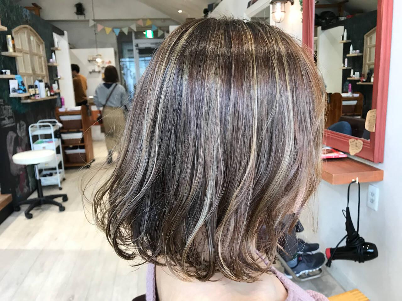 グレージュ バレイヤージュ アッシュグレージュ フェミニンヘアスタイルや髪型の写真・画像