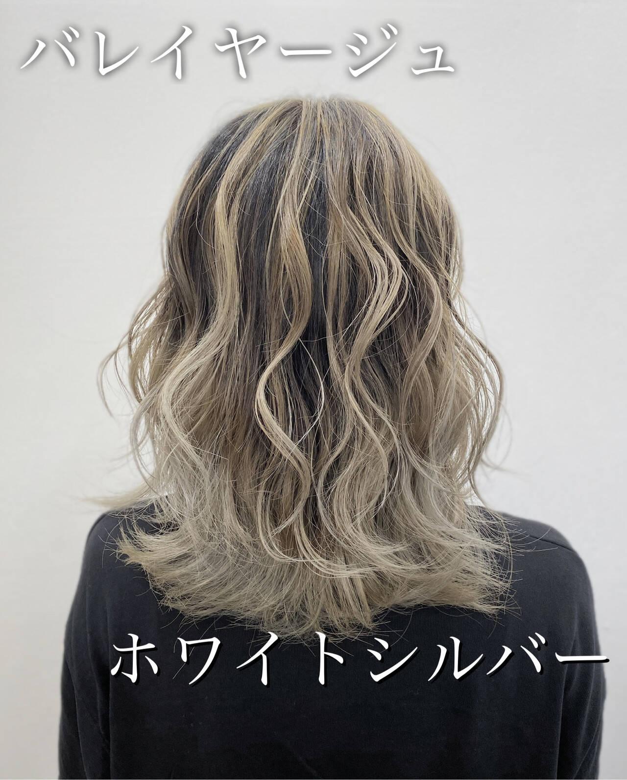 トレンド セミロング バレイヤージュ ホワイトカラーヘアスタイルや髪型の写真・画像