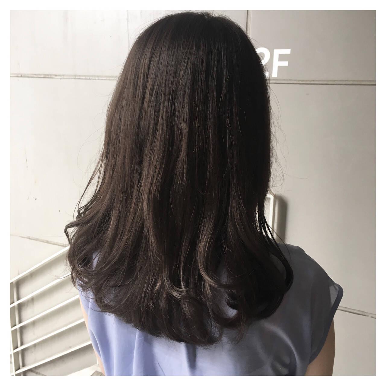 ミディアム ロブ ナチュラル マットグレージュヘアスタイルや髪型の写真・画像