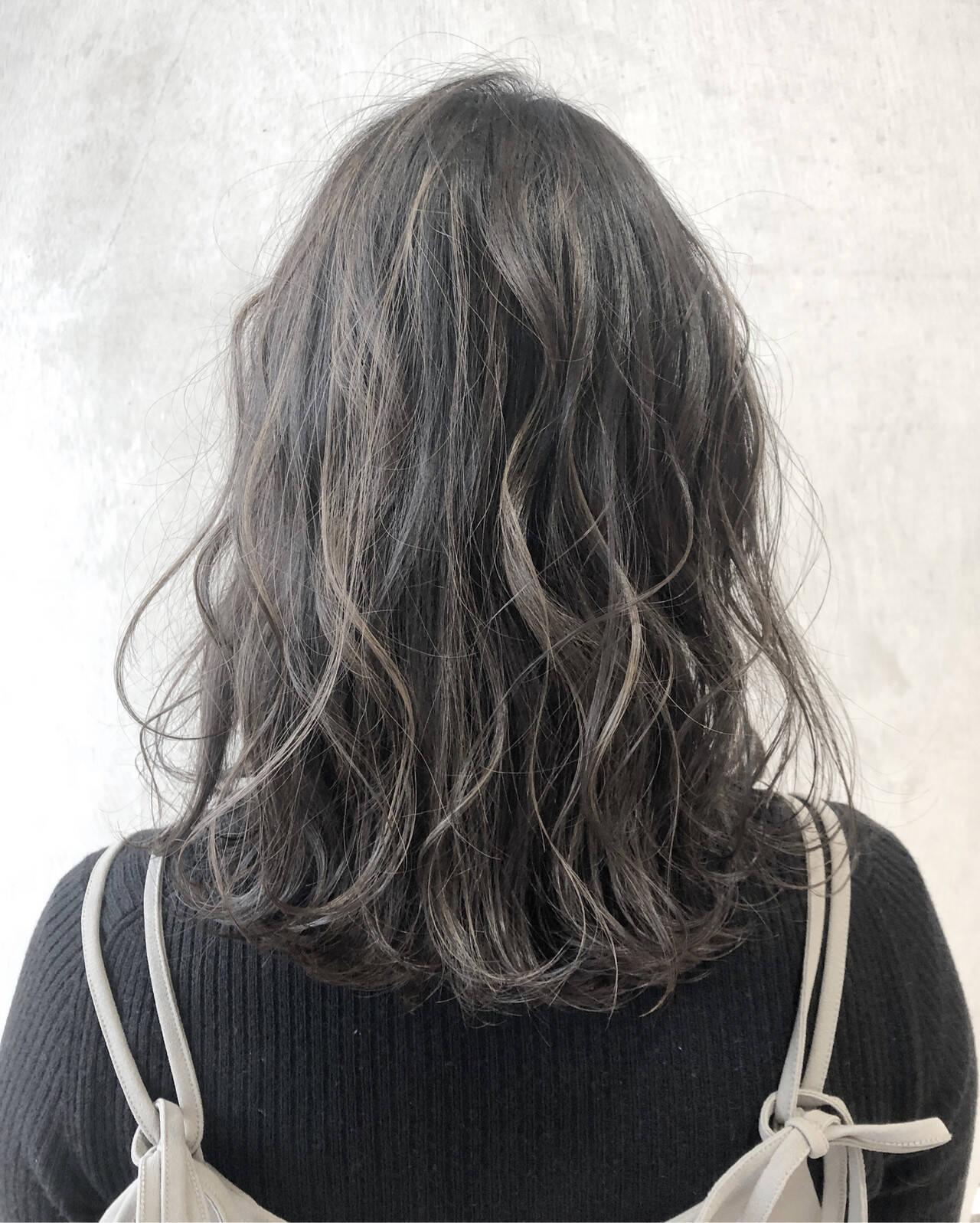 ナチュラル ブリーチオンカラー ミディアム アッシュグレージュヘアスタイルや髪型の写真・画像