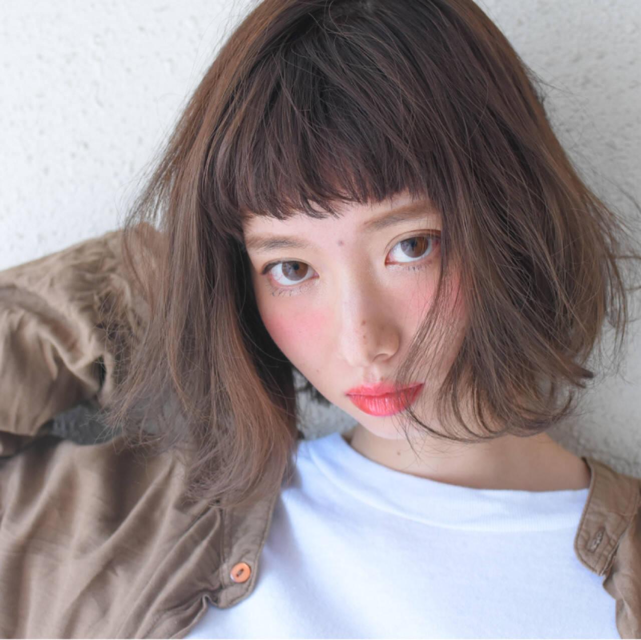 アッシュ フリンジバング 色気 フェミニンヘアスタイルや髪型の写真・画像