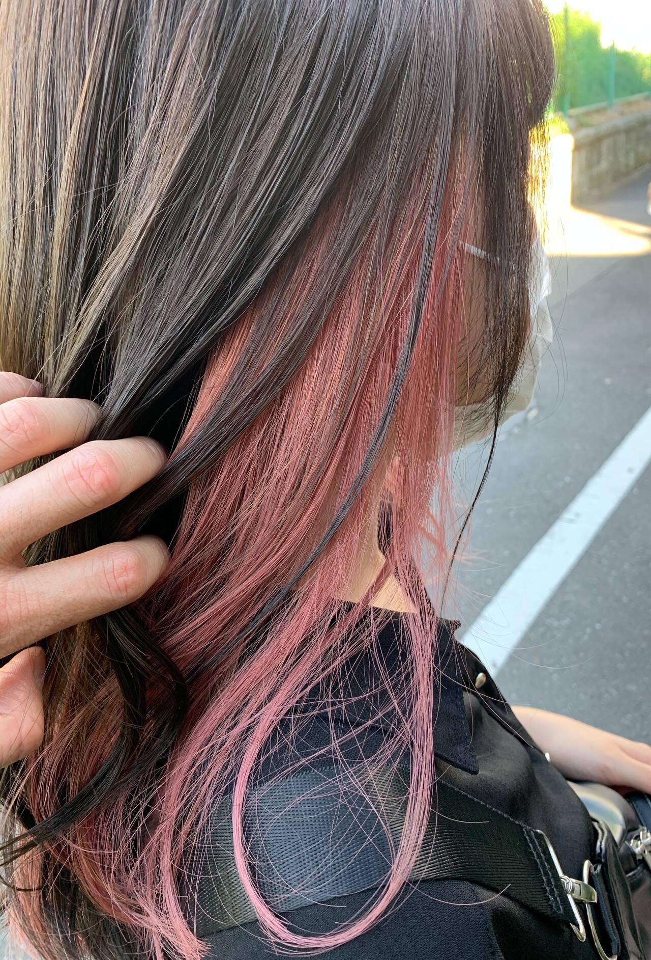 フェミニン インナーカラー セミロング インナーピンクヘアスタイルや髪型の写真・画像