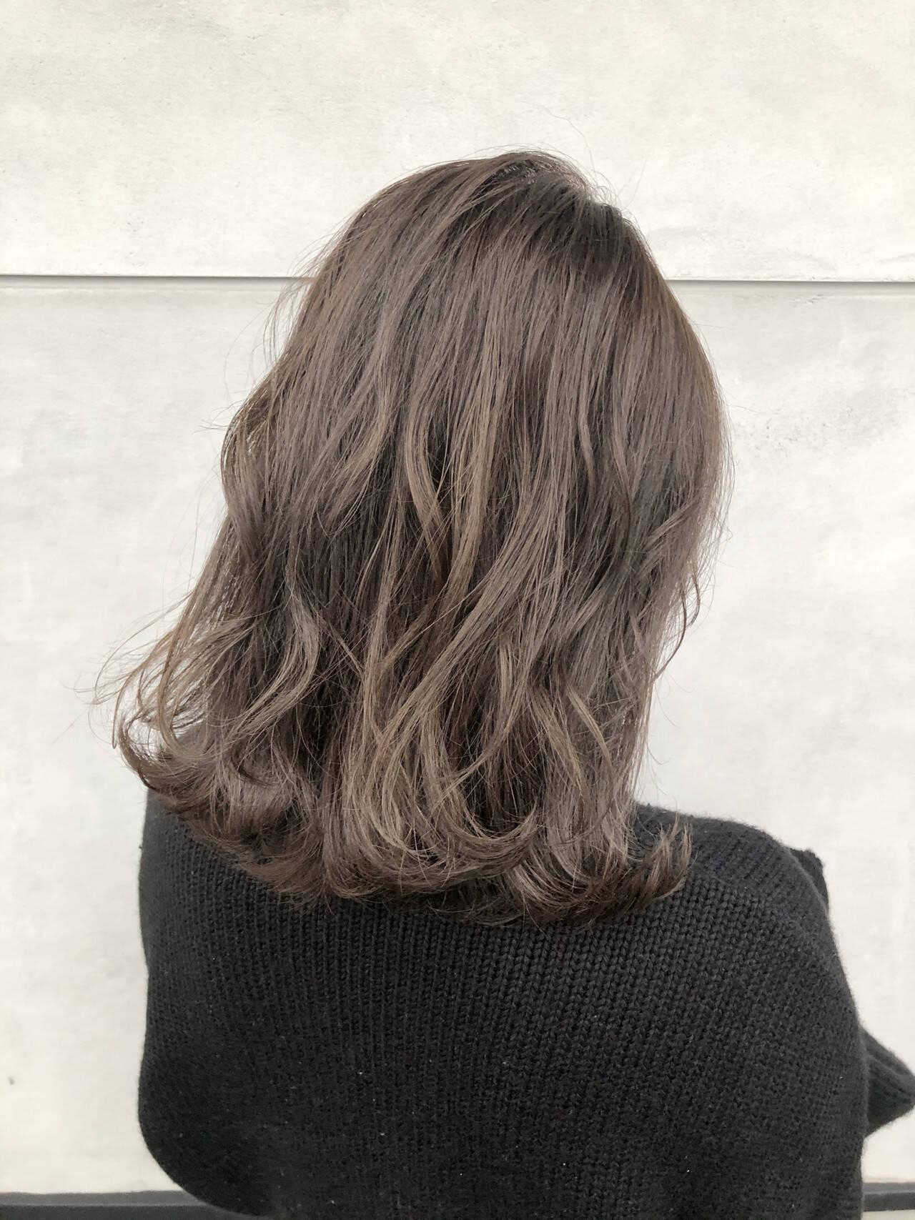 ベージュ ミディアム ミルクティーベージュ グレージュヘアスタイルや髪型の写真・画像