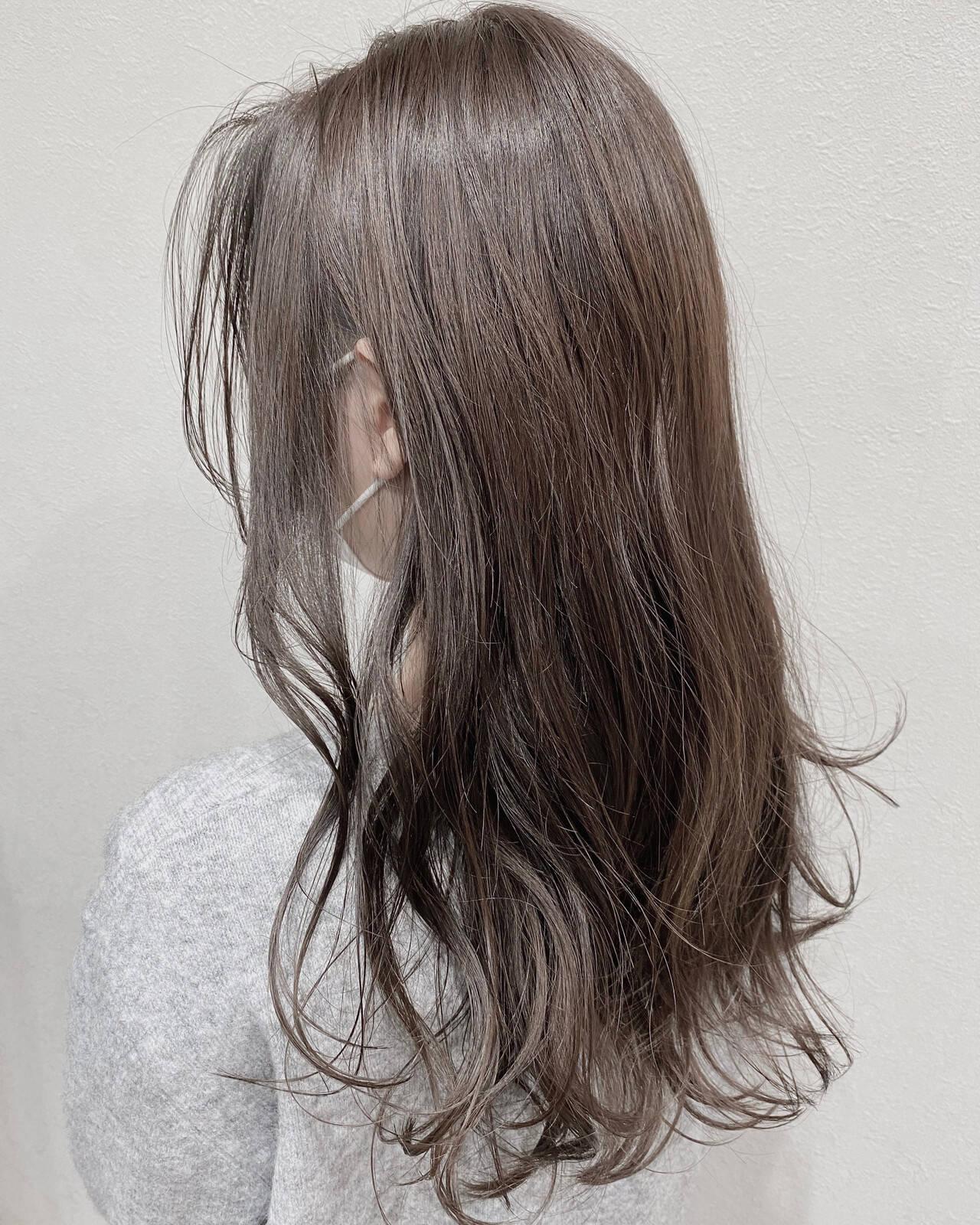 ゆる巻き センターパート アッシュグレージュ 3Dハイライトヘアスタイルや髪型の写真・画像