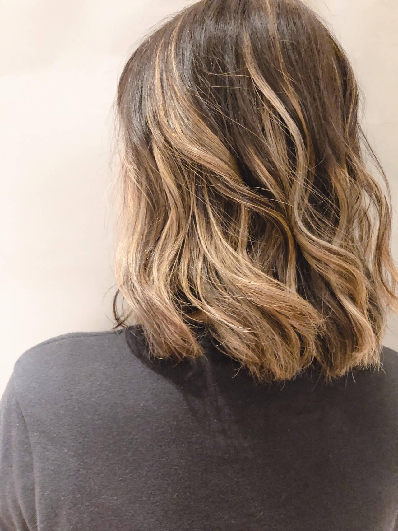 バレイヤージュ エレガント ロング ハイライトヘアスタイルや髪型の写真・画像