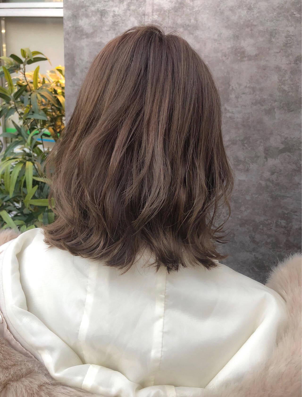 ナチュラル ミディアム アッシュベージュ ミルクティーベージュヘアスタイルや髪型の写真・画像