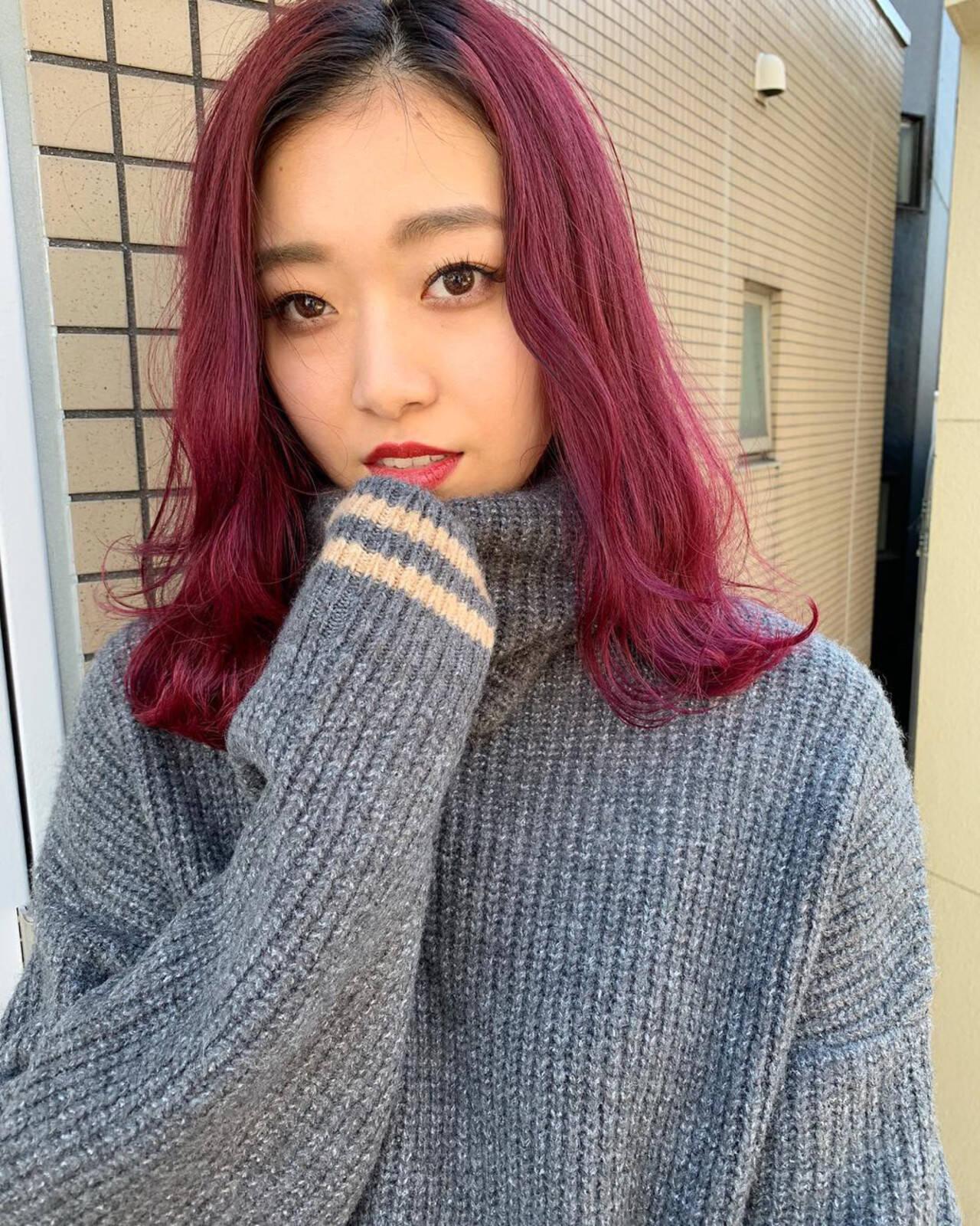 ミディアム ウェーブ ストリート ピンクヘアスタイルや髪型の写真・画像