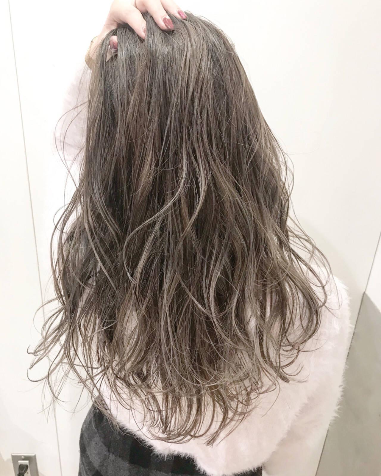 ハイライト グレージュ ロング ハイトーンヘアスタイルや髪型の写真・画像