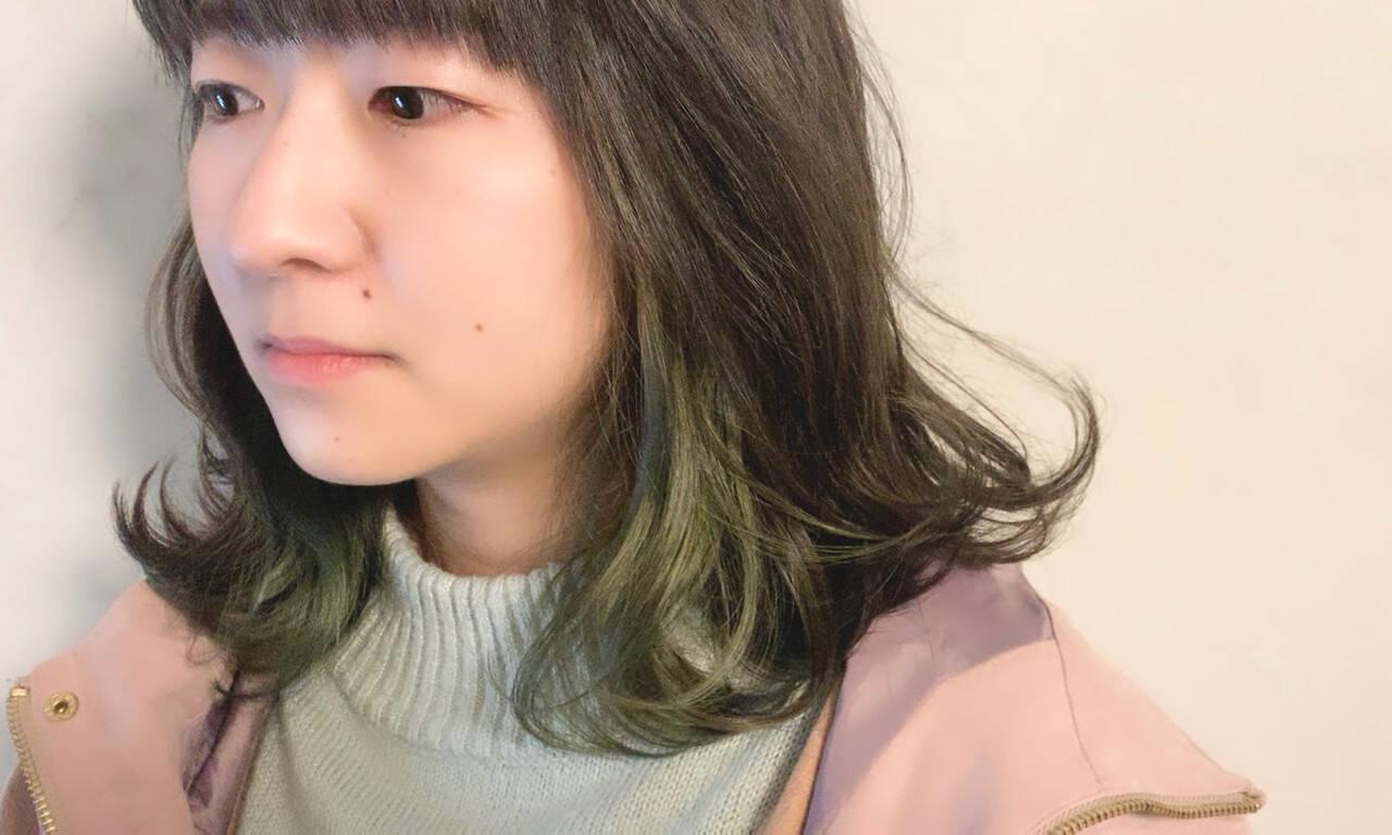 ミディアム ナチュラル インナーカラー ポイントカラーヘアスタイルや髪型の写真・画像