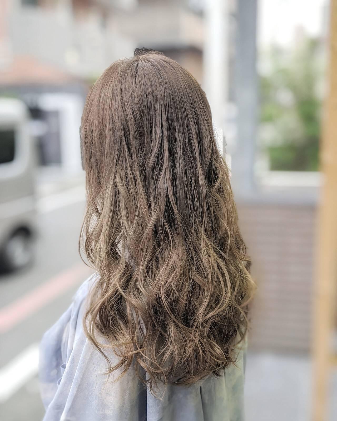 グレージュ ダブルカラー ミルクティーベージュ ナチュラルヘアスタイルや髪型の写真・画像