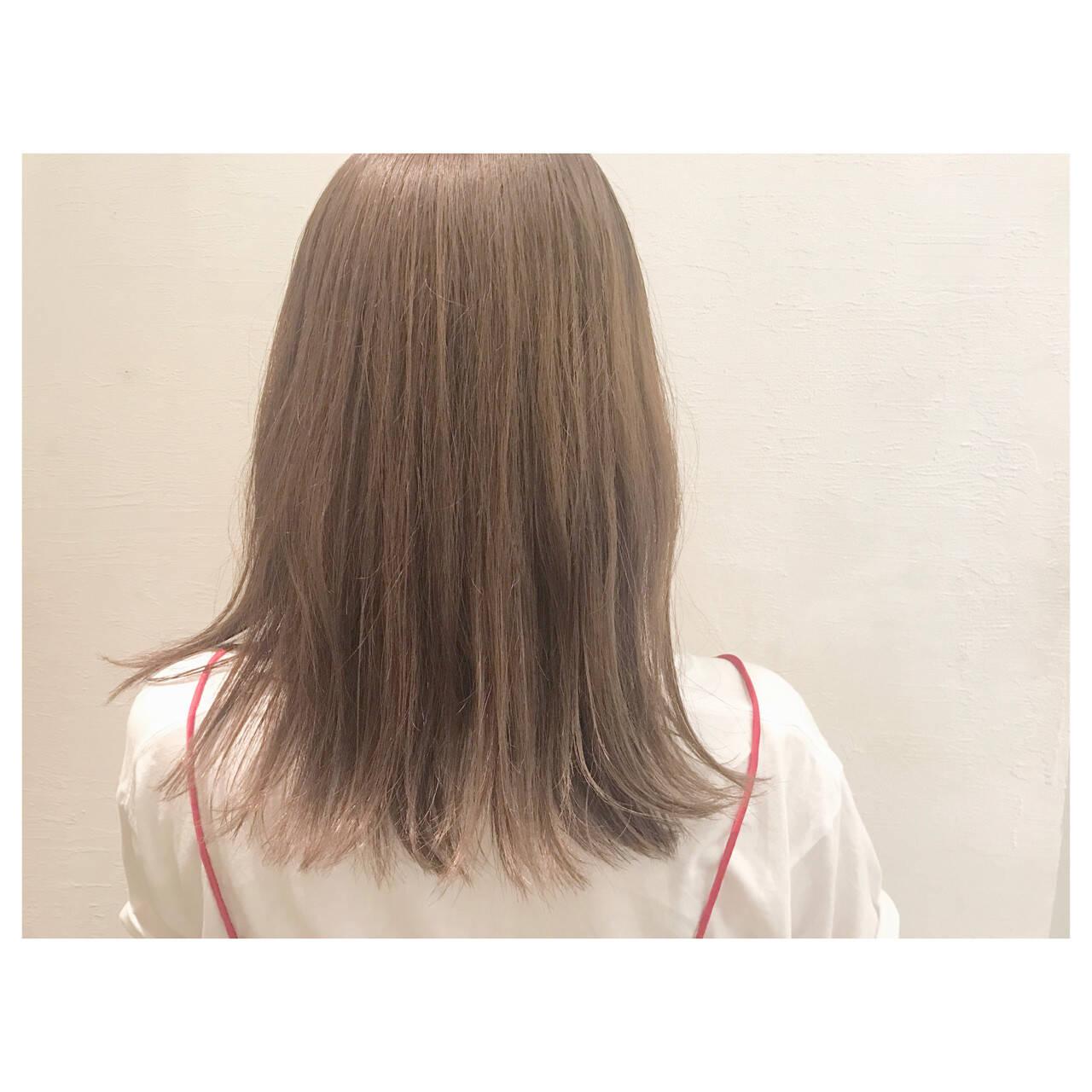フェミニン グレージュ 外ハネ リラックスヘアスタイルや髪型の写真・画像