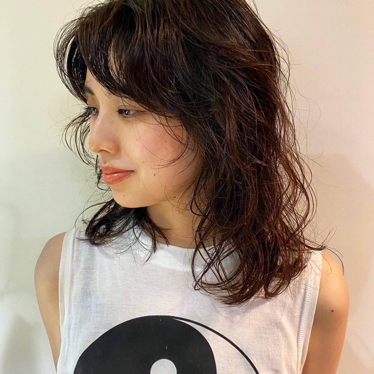 ミディアム モード ウルフカット ウルフレイヤーヘアスタイルや髪型の写真・画像