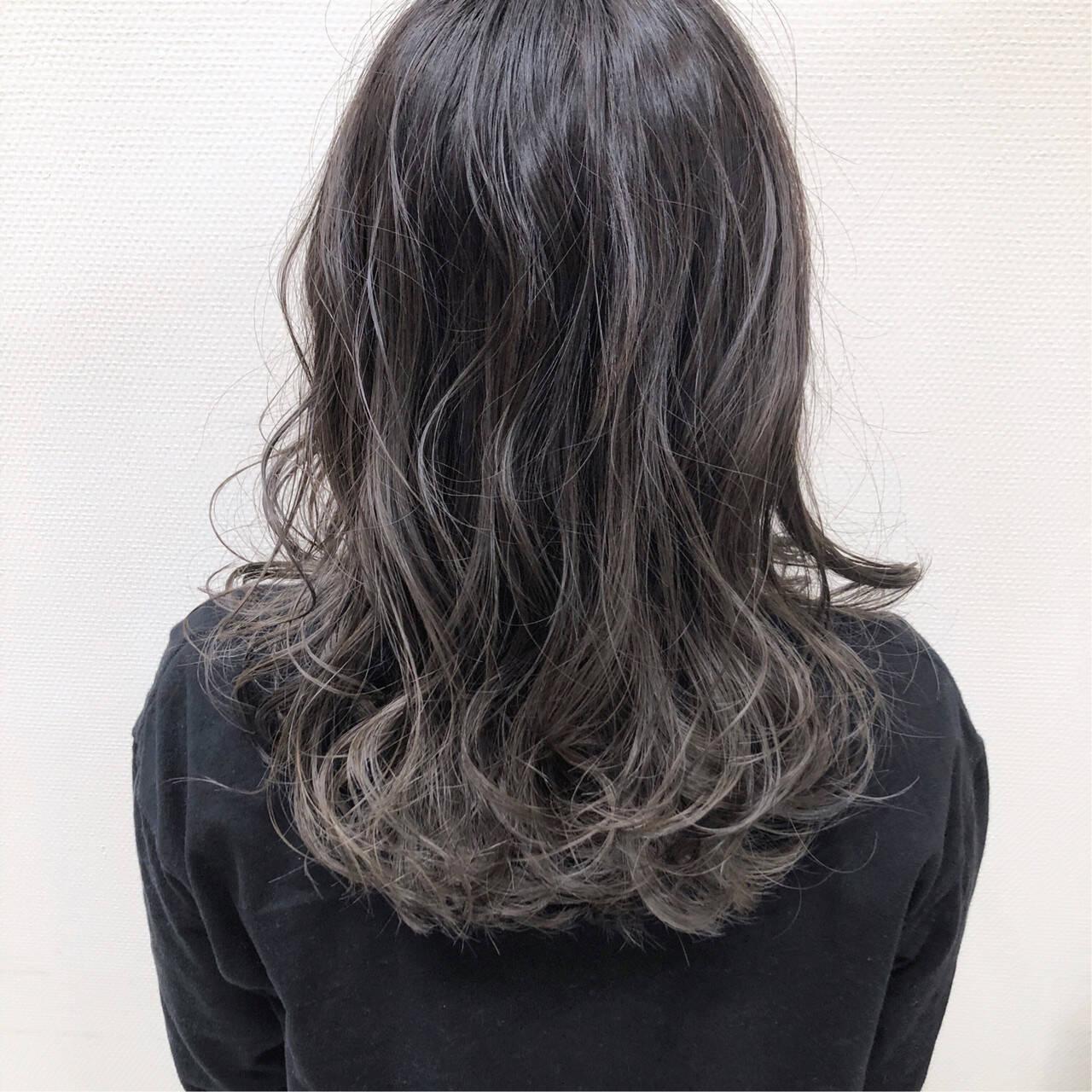 アッシュベージュ グラデーションカラー セミロング グレージュヘアスタイルや髪型の写真・画像