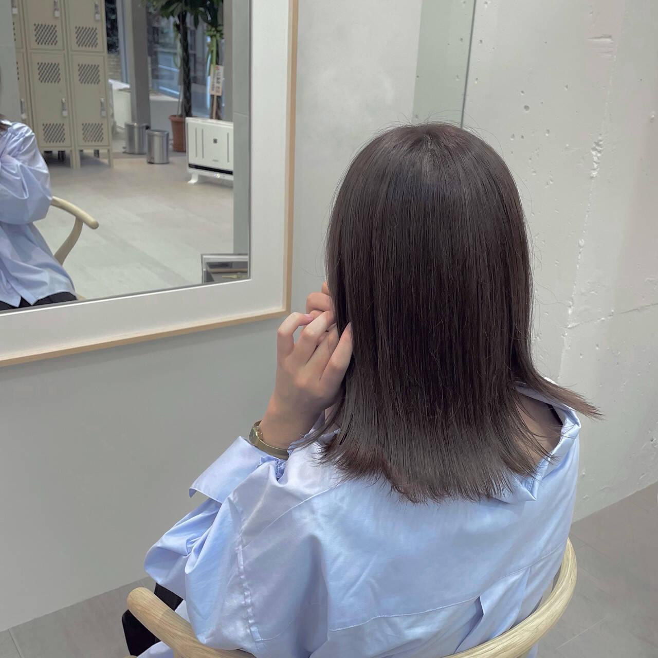 セミロング 外ハネ 外ハネボブ ラベンダーグレージュヘアスタイルや髪型の写真・画像