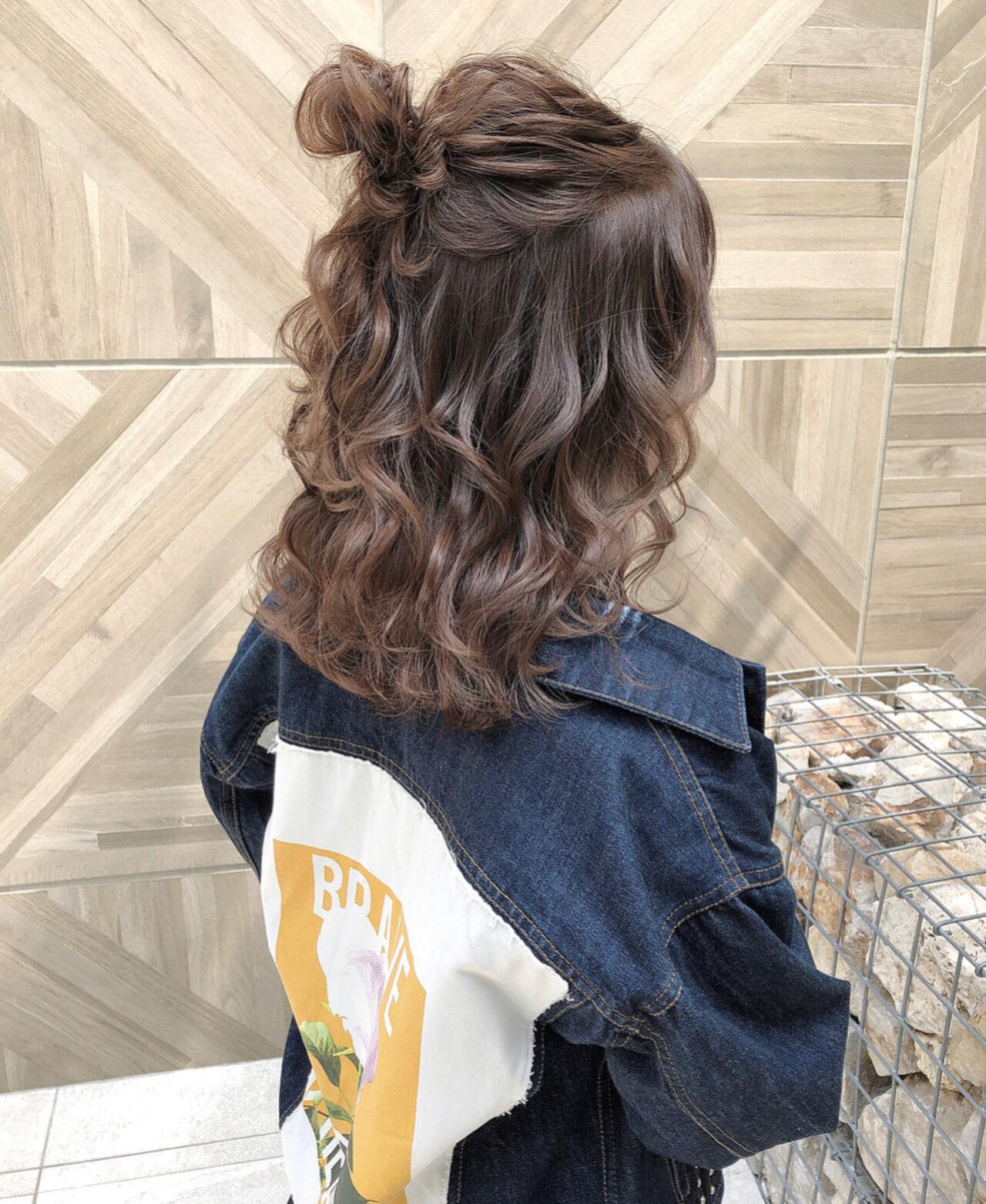 ハーフアップ ベージュ ナチュラル オリーブベージュヘアスタイルや髪型の写真・画像