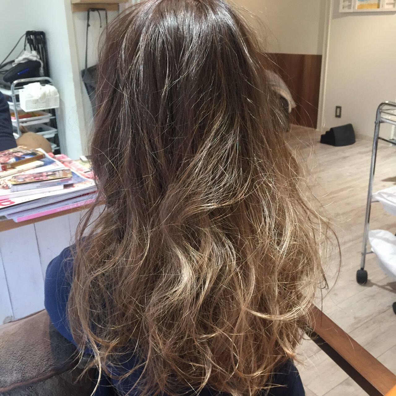 ブラウンベージュ 外国人風 ロング グラデーションカラーヘアスタイルや髪型の写真・画像