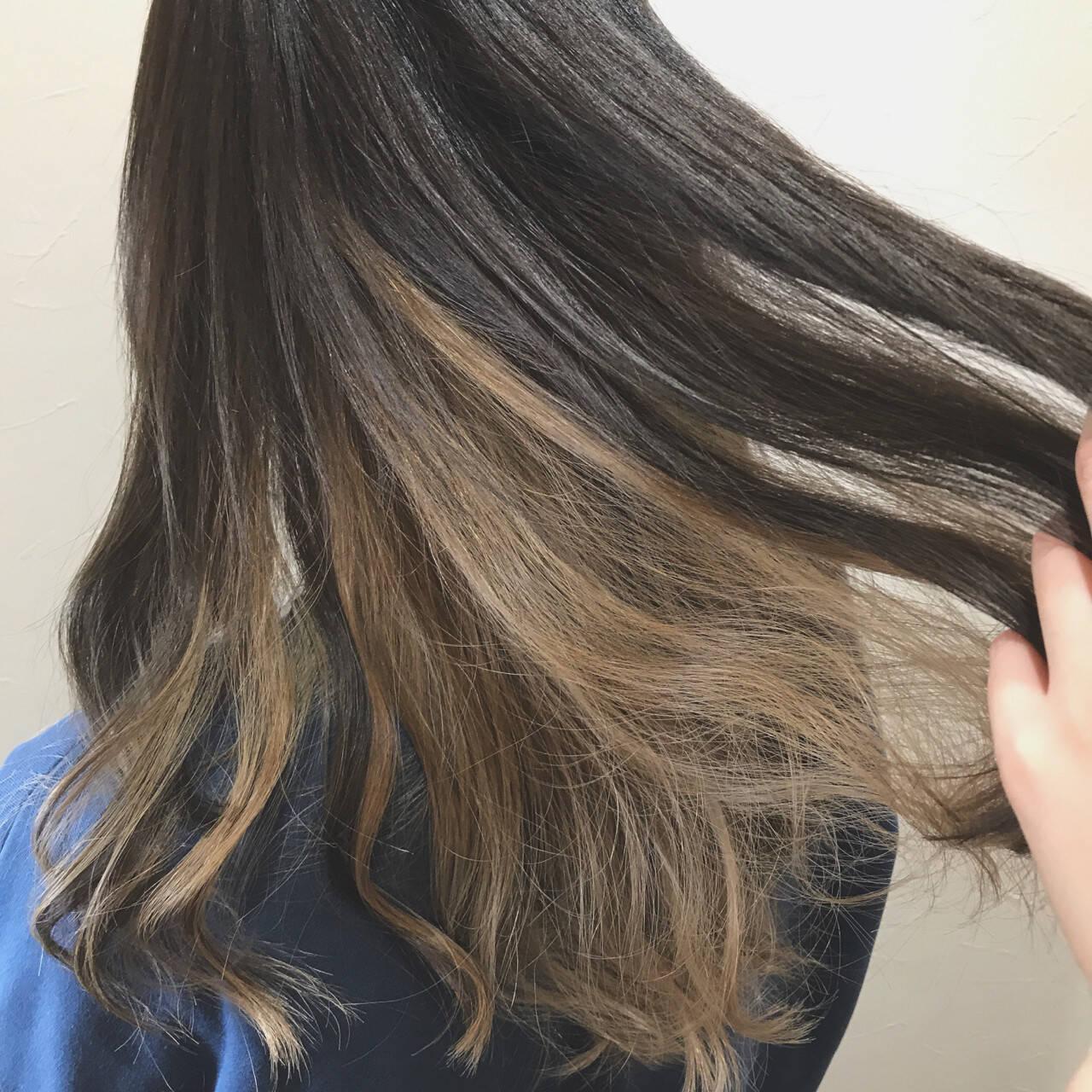 ロング ガーリー アッシュベージュ インナーカラーヘアスタイルや髪型の写真・画像