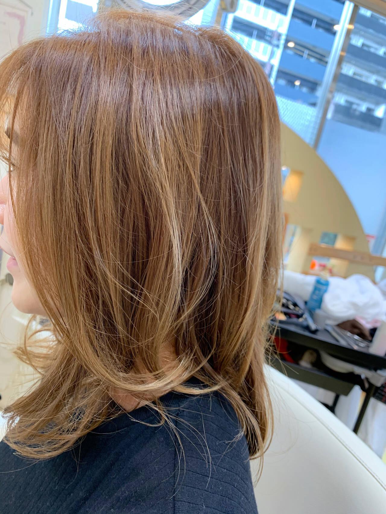 ベージュ バレイヤージュ セミロング デザインカラーヘアスタイルや髪型の写真・画像