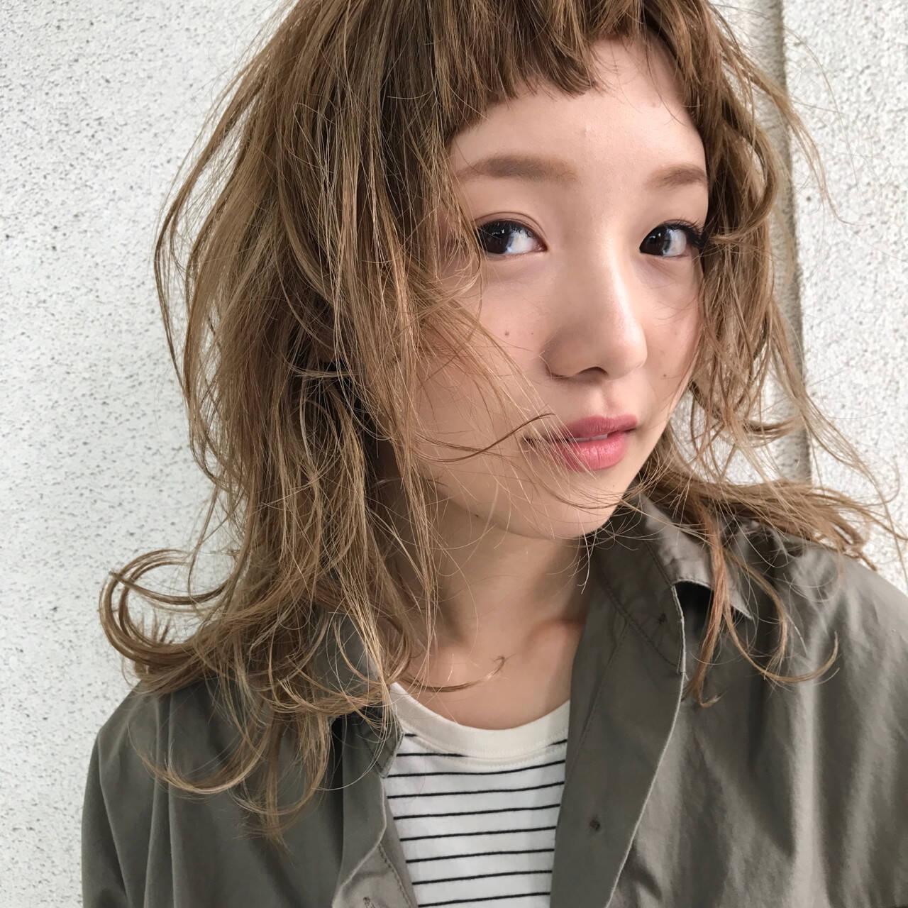 ミディアム パーマ レイヤーカット ウルフカットヘアスタイルや髪型の写真・画像
