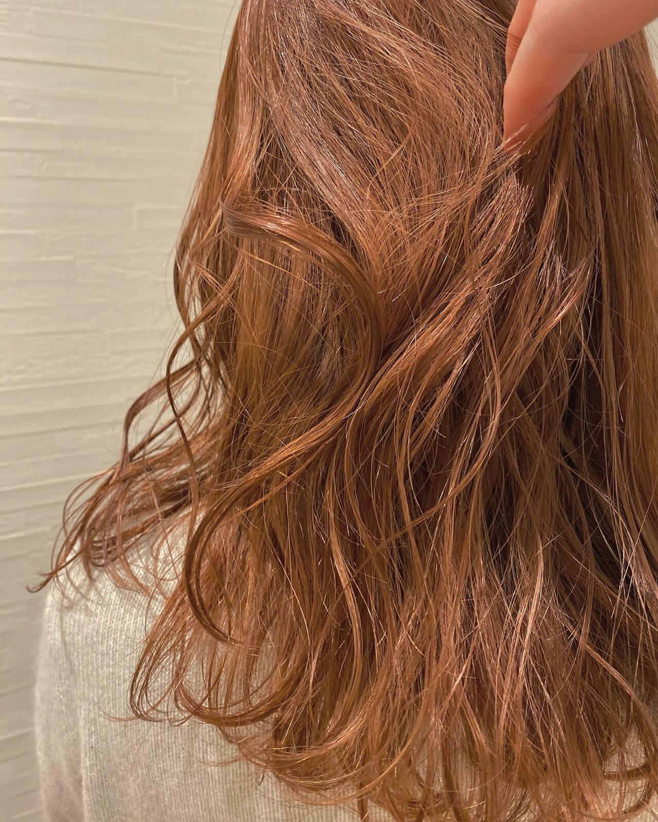ミディアム シアー オレンジカラー オレンジベージュヘアスタイルや髪型の写真・画像
