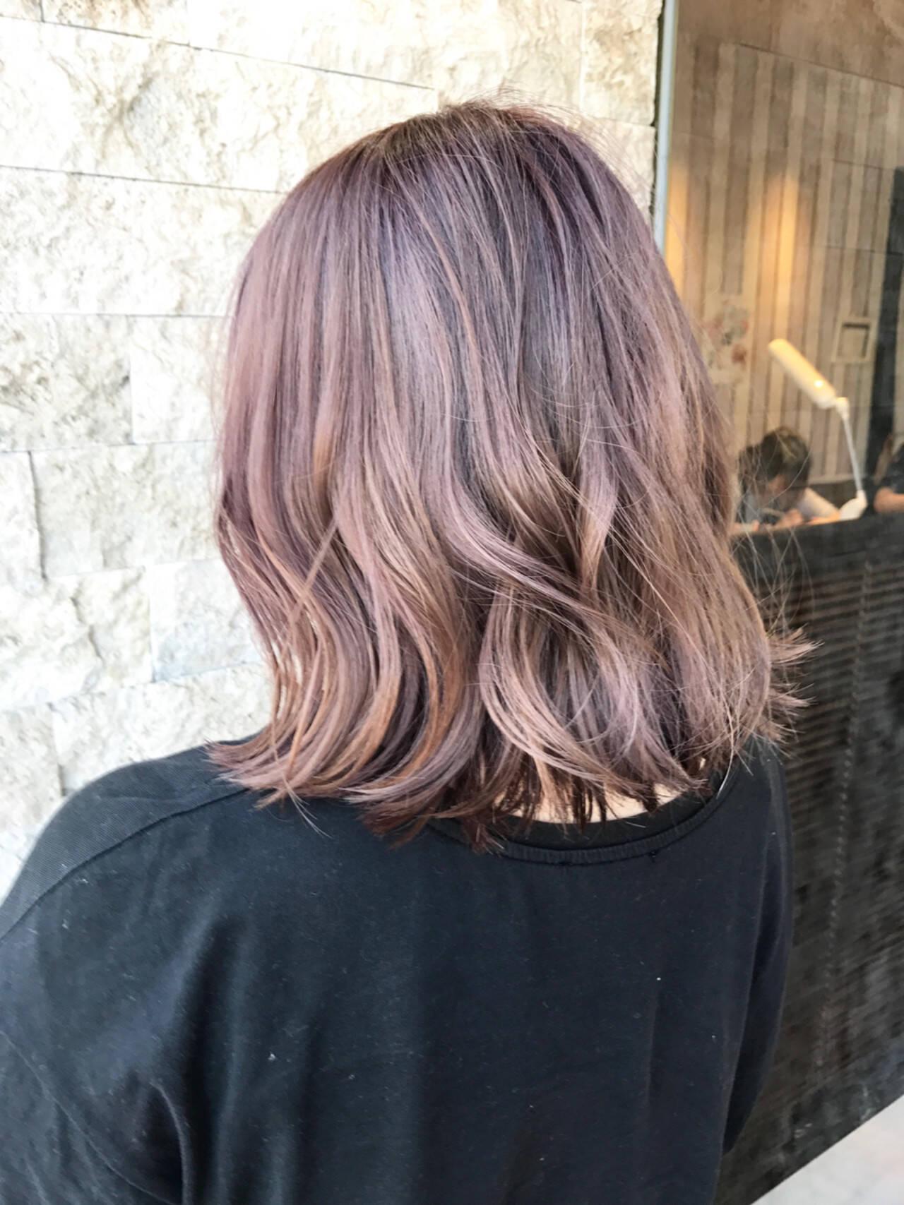 ピンク デート フェミニン ウェーブヘアスタイルや髪型の写真・画像