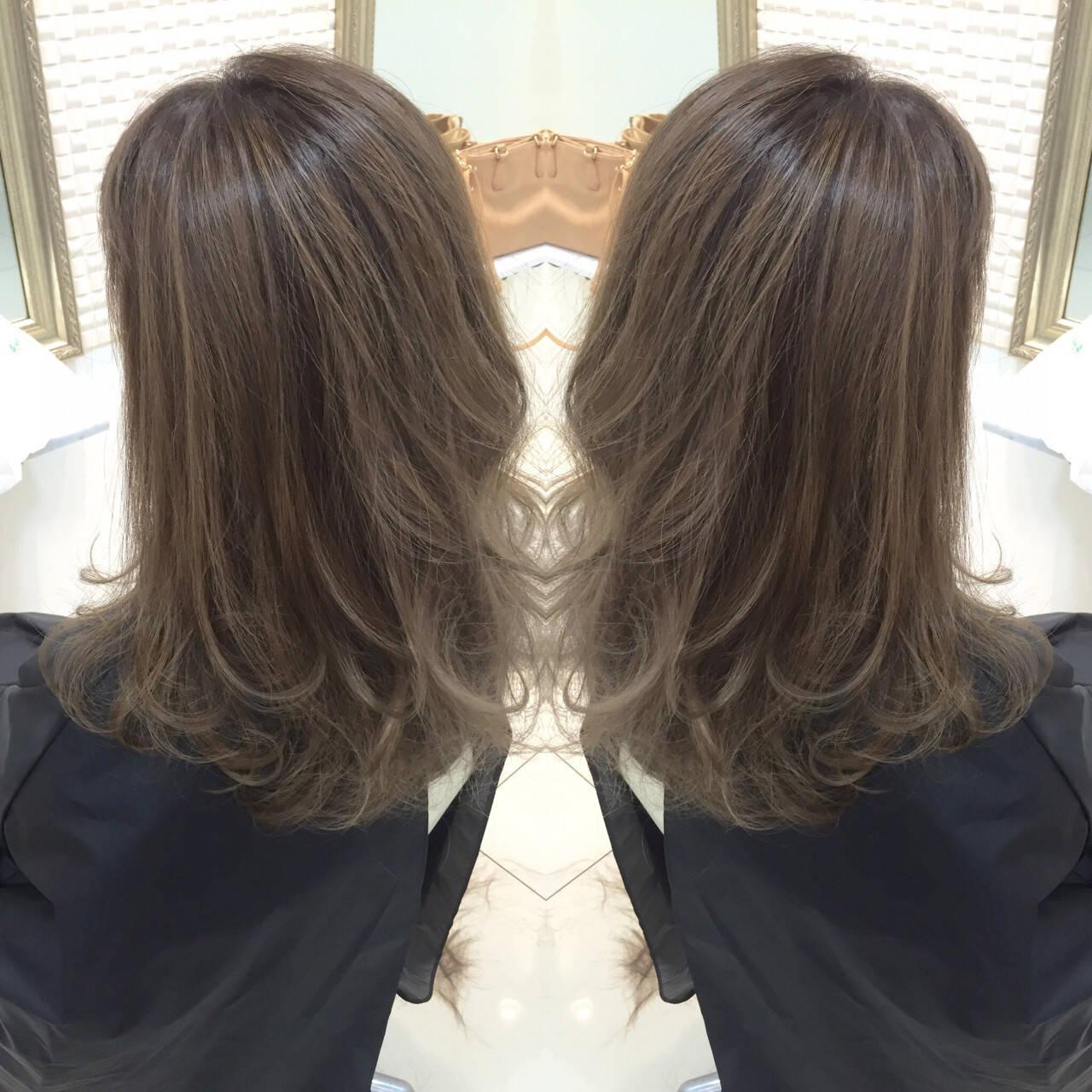 グレージュ グラデーションカラー 大人かわいい 艶髪ヘアスタイルや髪型の写真・画像