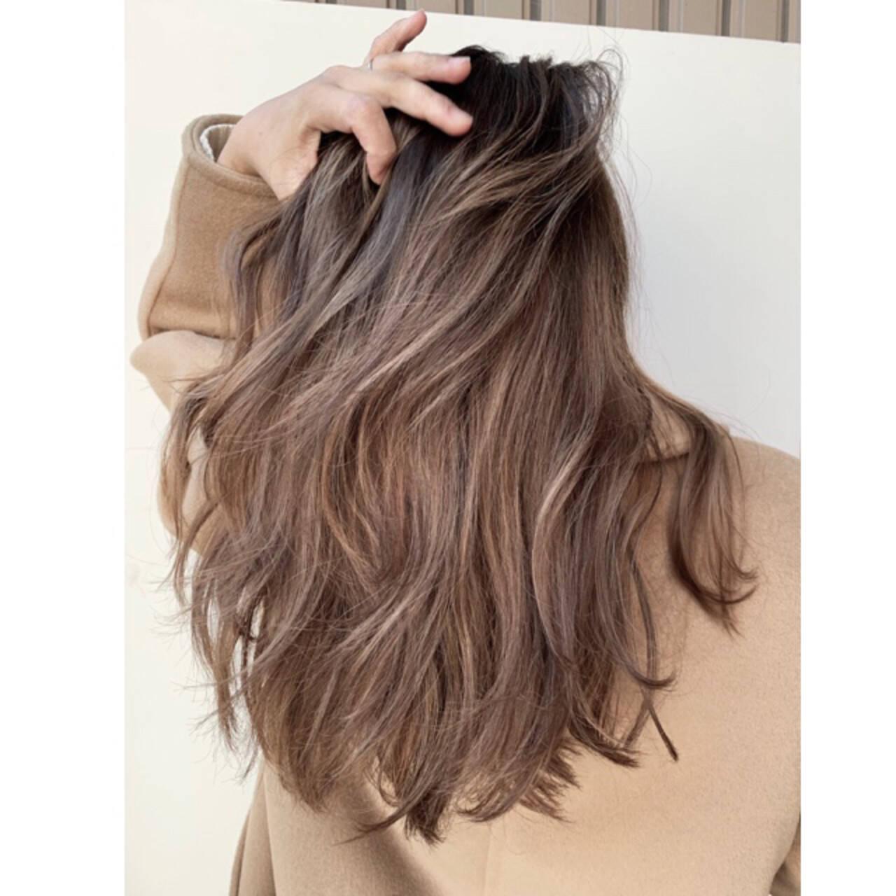 ロング バレイヤージュ グレージュ エレガントヘアスタイルや髪型の写真・画像