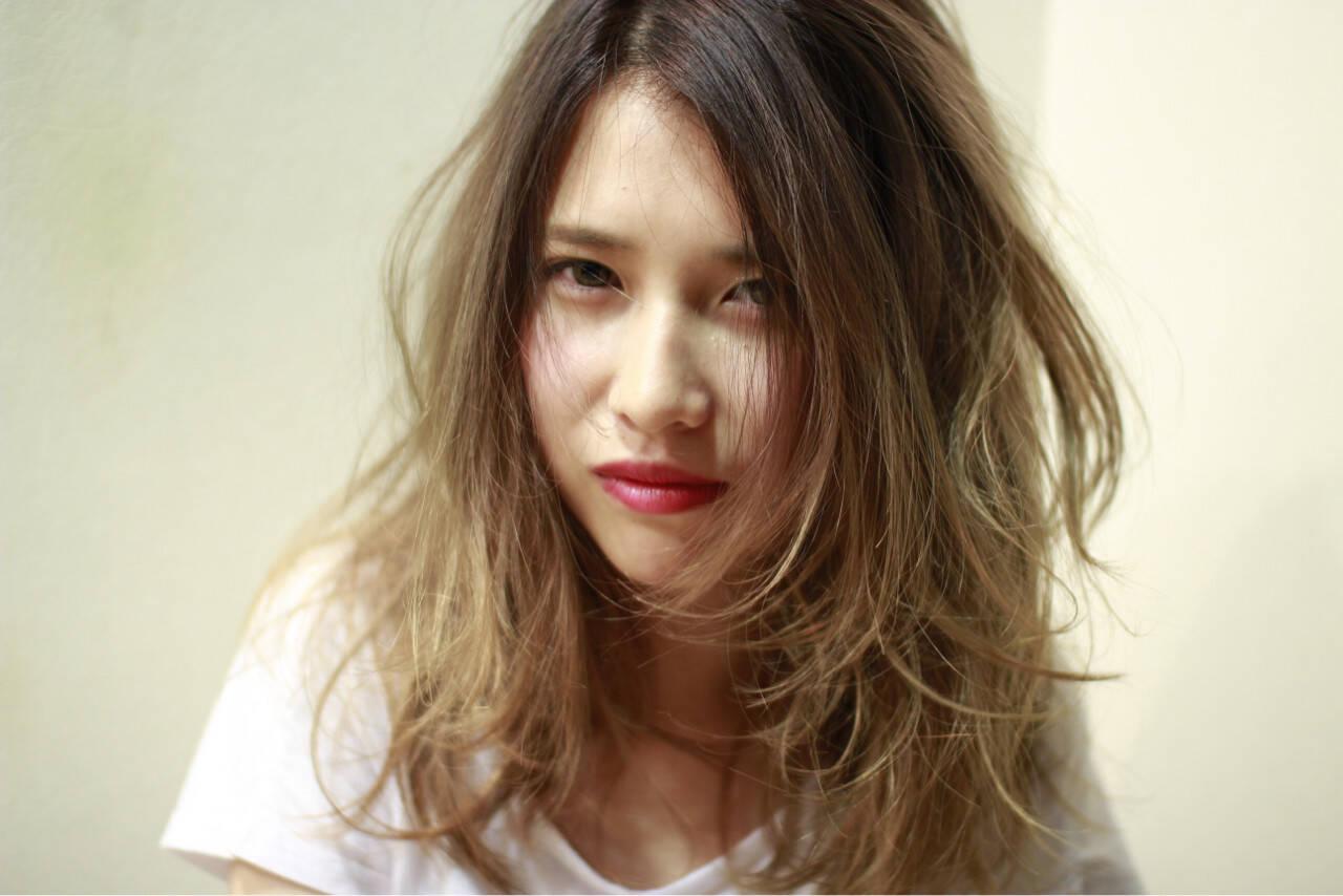 ミディアム ナチュラル くせ毛風 グラデーションカラーヘアスタイルや髪型の写真・画像