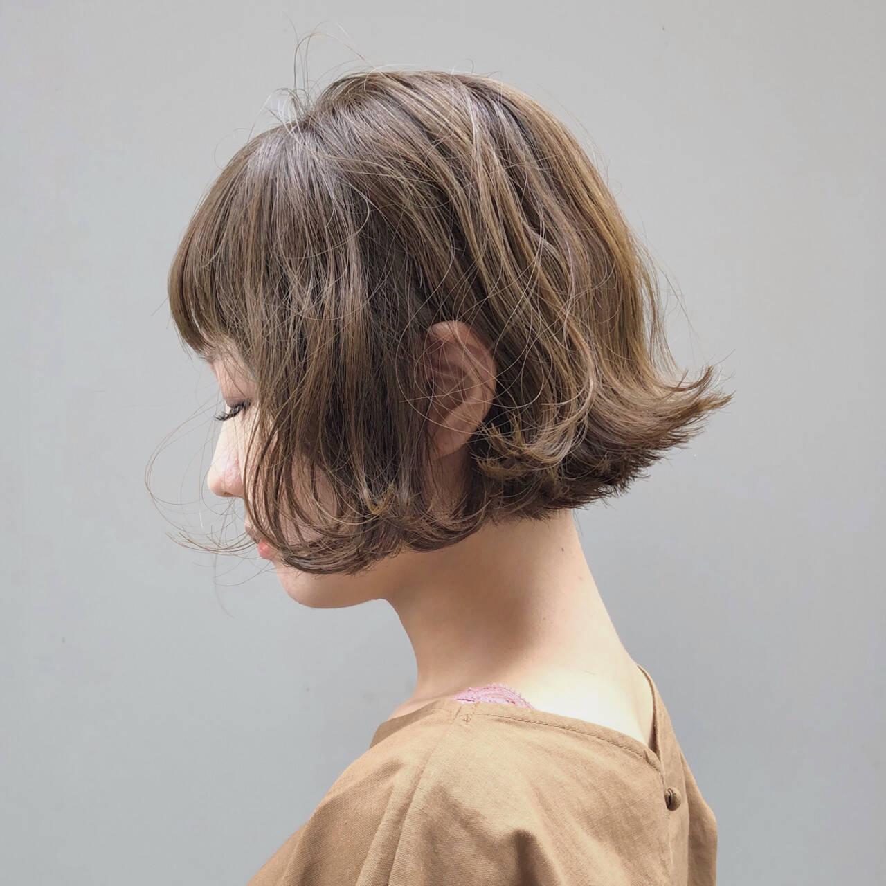 ベージュ ショートボブ 切りっぱなしボブ 波ウェーブヘアスタイルや髪型の写真・画像