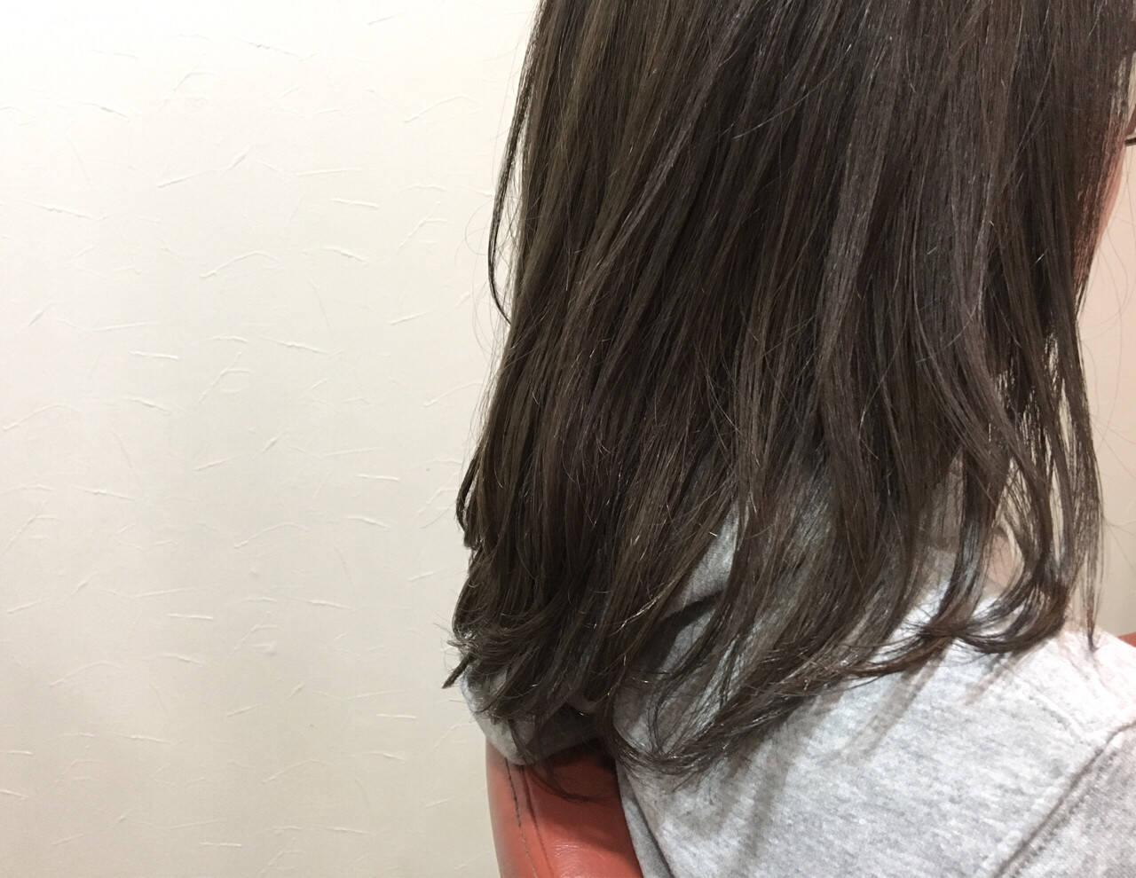 イルミナカラー セミロング グレージュ ニュアンスヘアスタイルや髪型の写真・画像