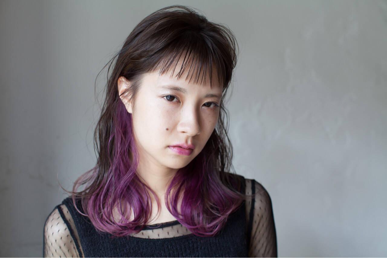 セミロング ベリー ショートバング インナーカラーヘアスタイルや髪型の写真・画像