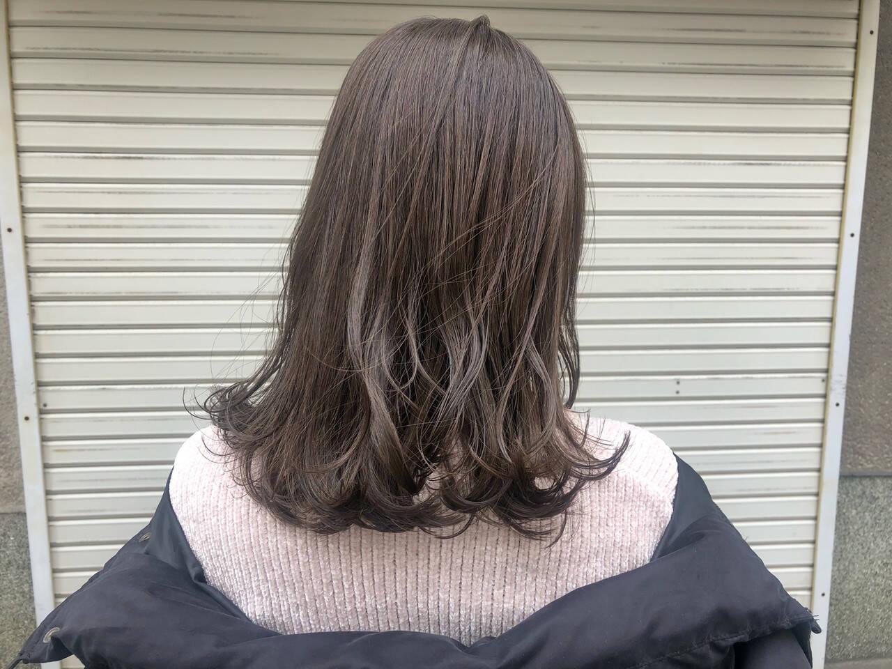 アッシュグレージュ アッシュベージュ セミロング ガーリーヘアスタイルや髪型の写真・画像