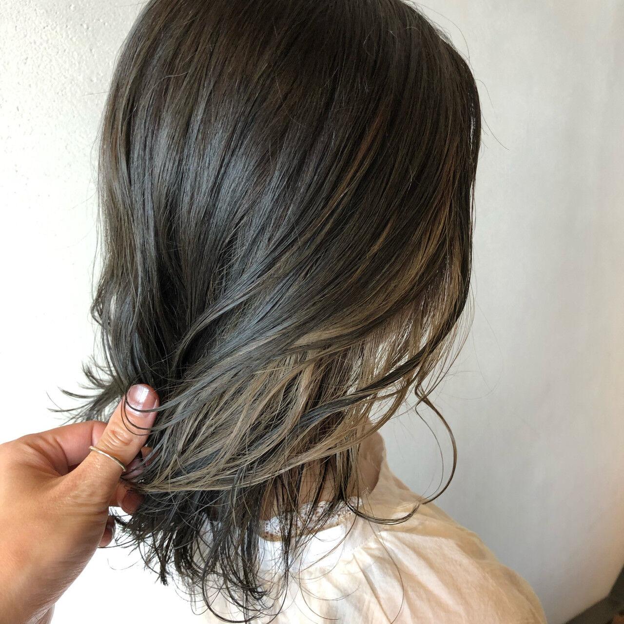 ミルクティーアッシュ インナーカラーホワイト ミディアム ストリートヘアスタイルや髪型の写真・画像