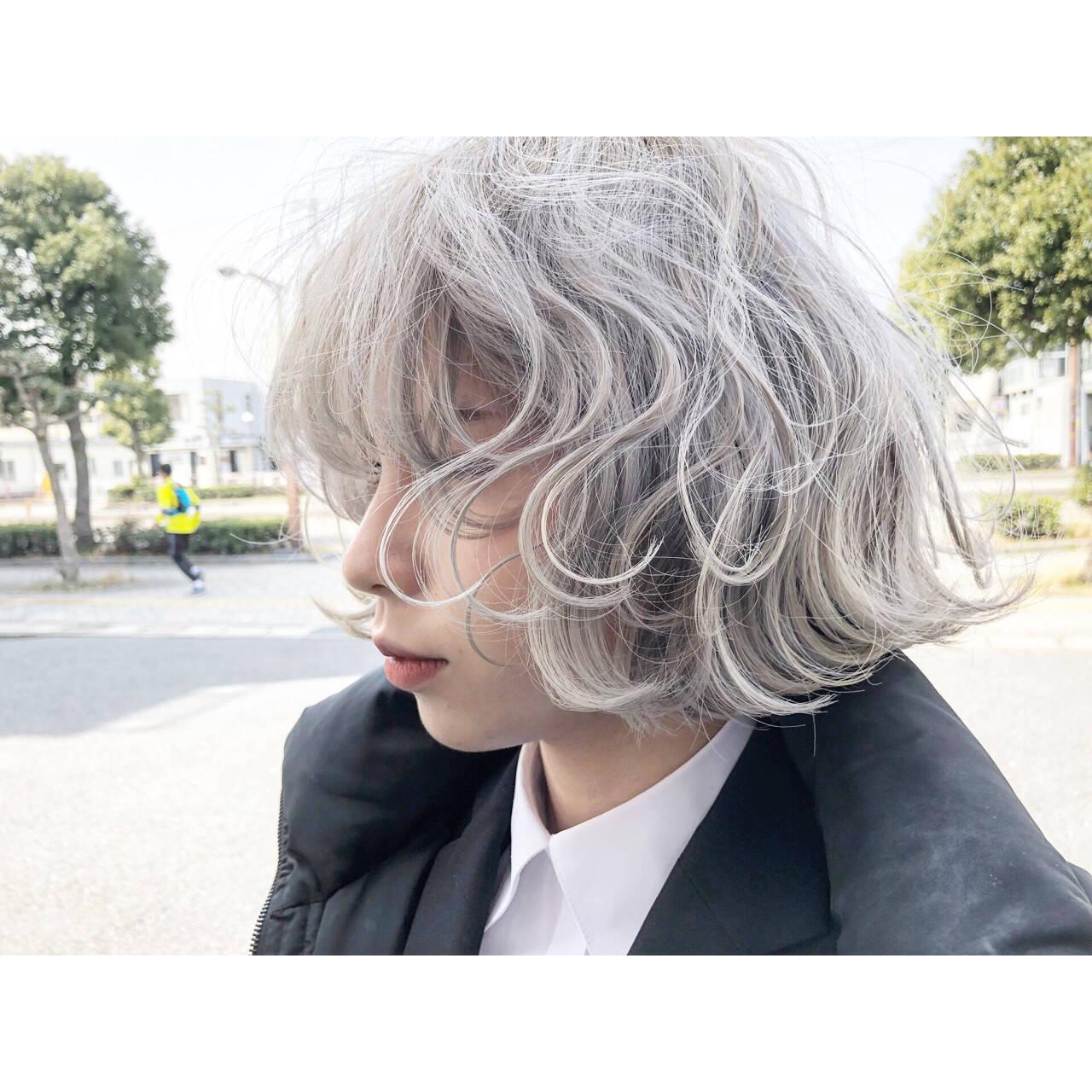 グレージュ ホワイト ストリート シルバーヘアスタイルや髪型の写真・画像