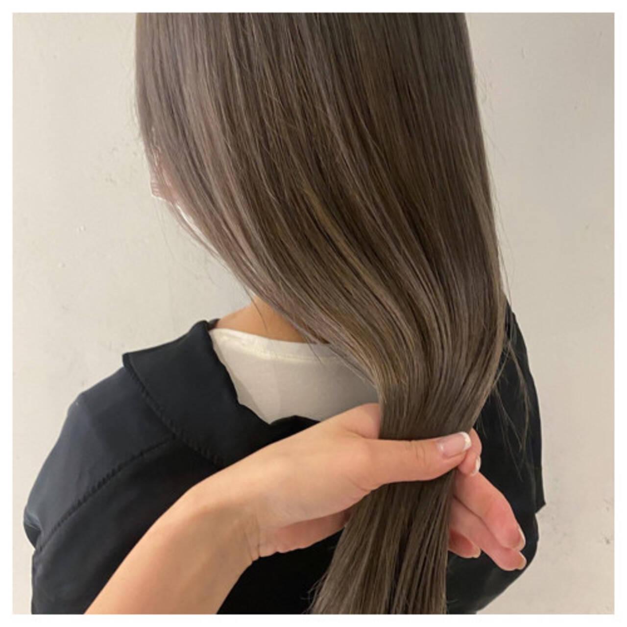 グレージュ 透明感 ロング デザインカラーヘアスタイルや髪型の写真・画像