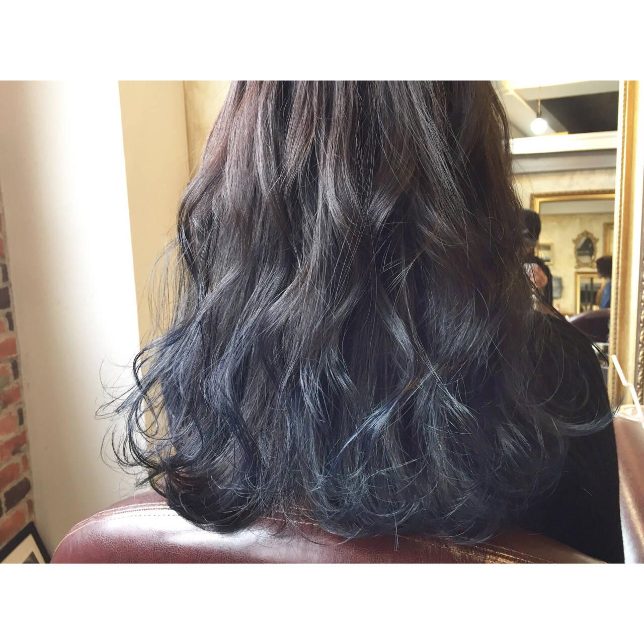 ネイビー 透明感 ロング ストリートヘアスタイルや髪型の写真・画像
