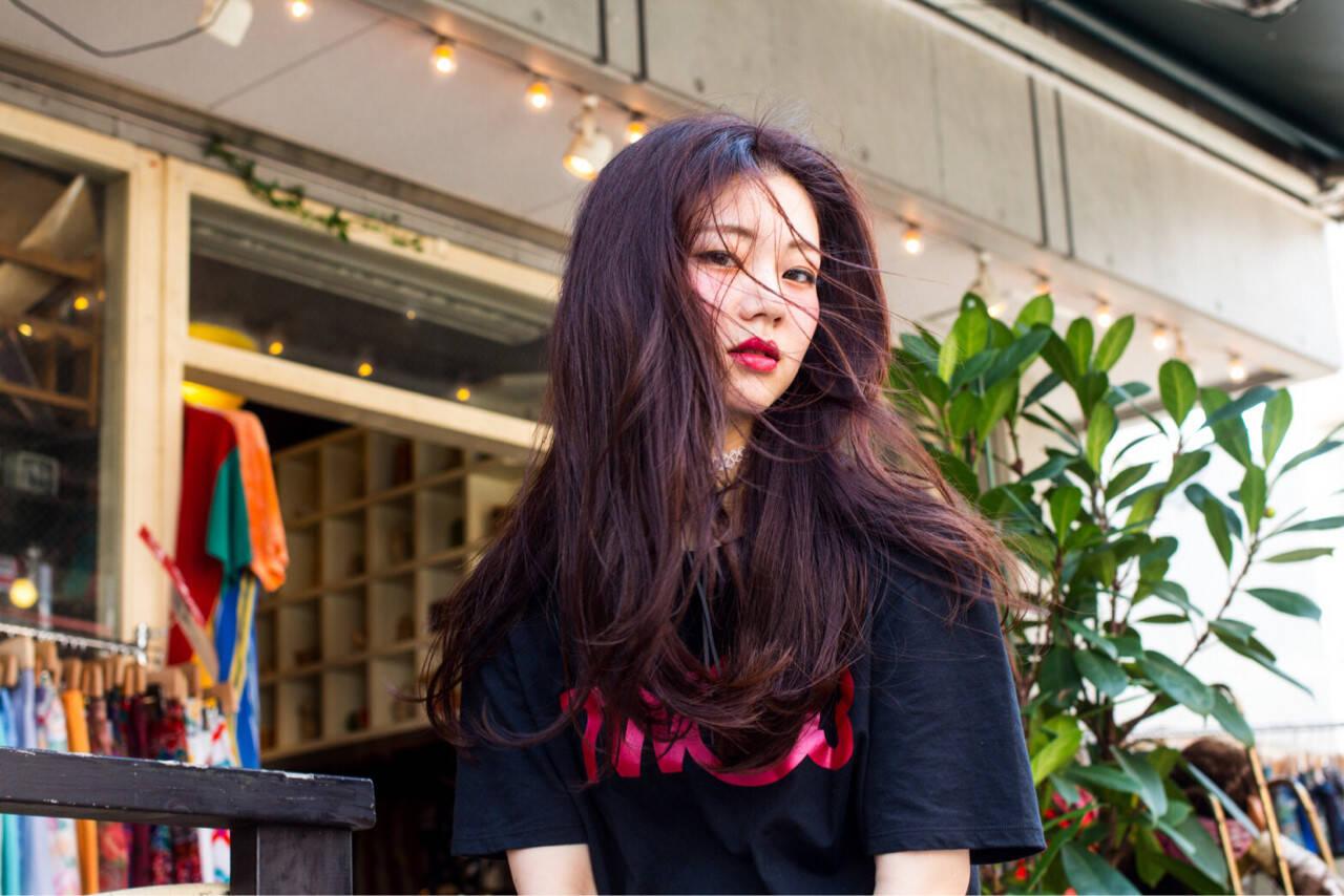 ピンク レッド くせ毛風 センター分けヘアスタイルや髪型の写真・画像